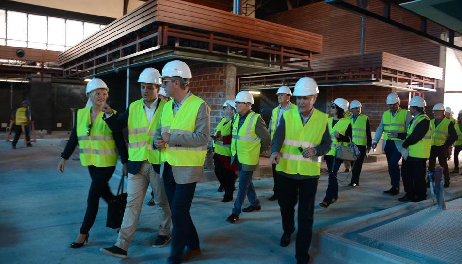Els senadors tarragonins han acudit al Mercat Central per veure l'estat de les obres.