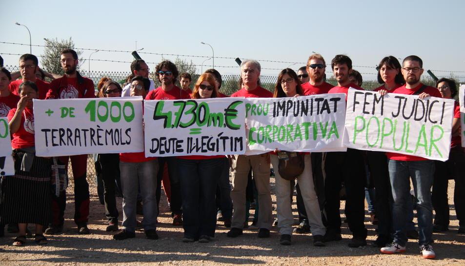 Diverses persones amb pancartes per un judici popular al projecte Castor.