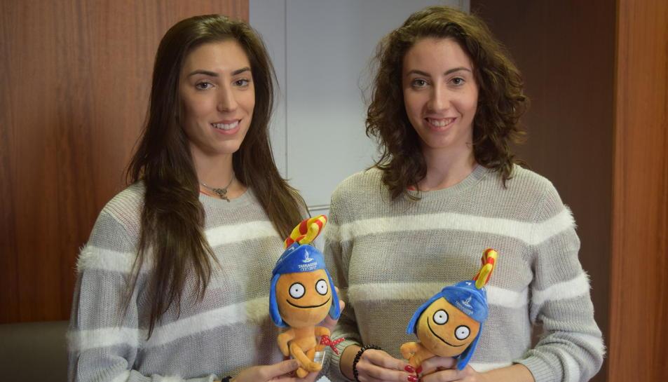 Sandra Aguilar i Artemi Gavezou amb un peluix del Tarracus.