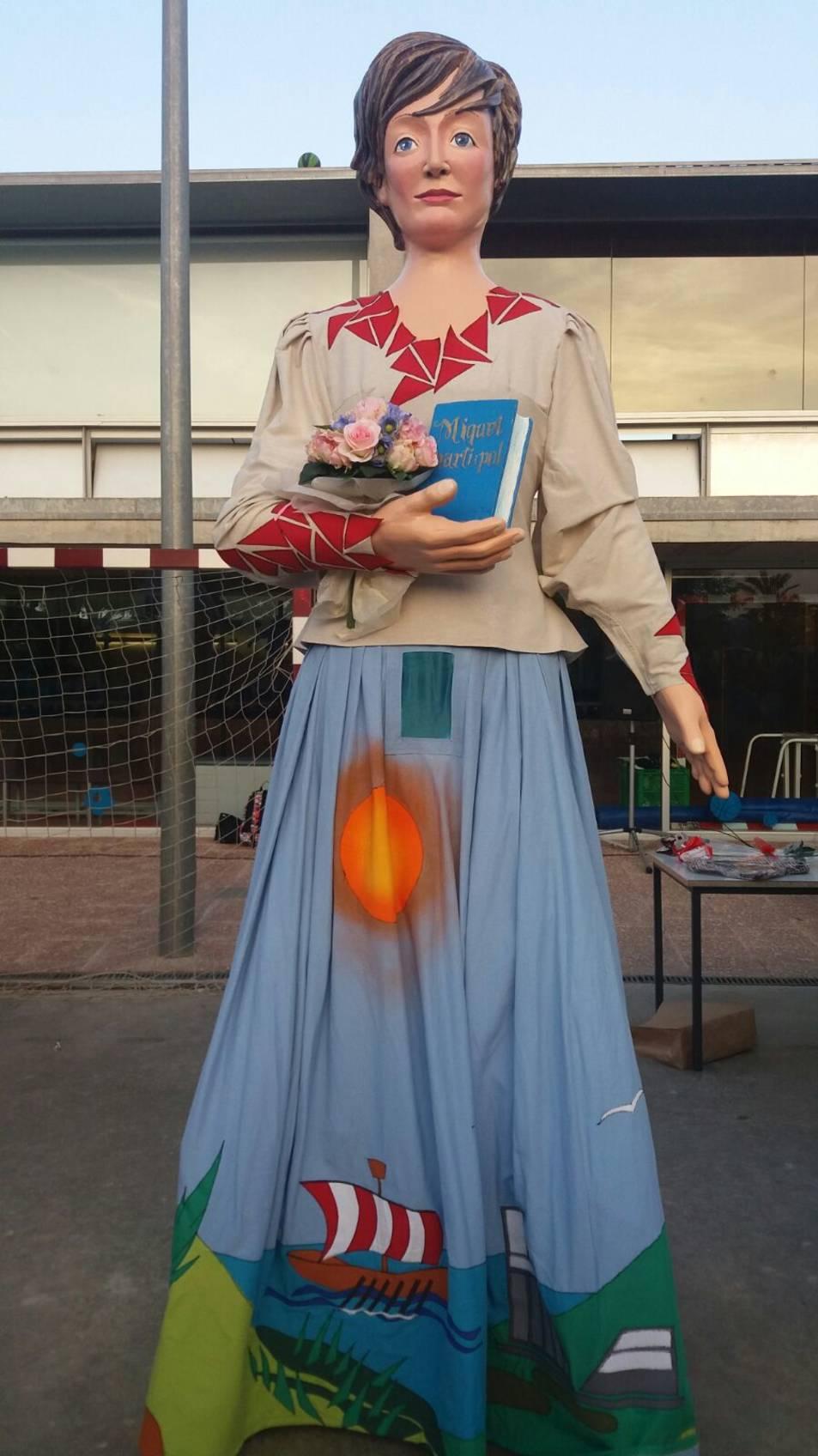 El vestit de la geganta s'ha dissenyat a partir de dibuixos dels alumnes.