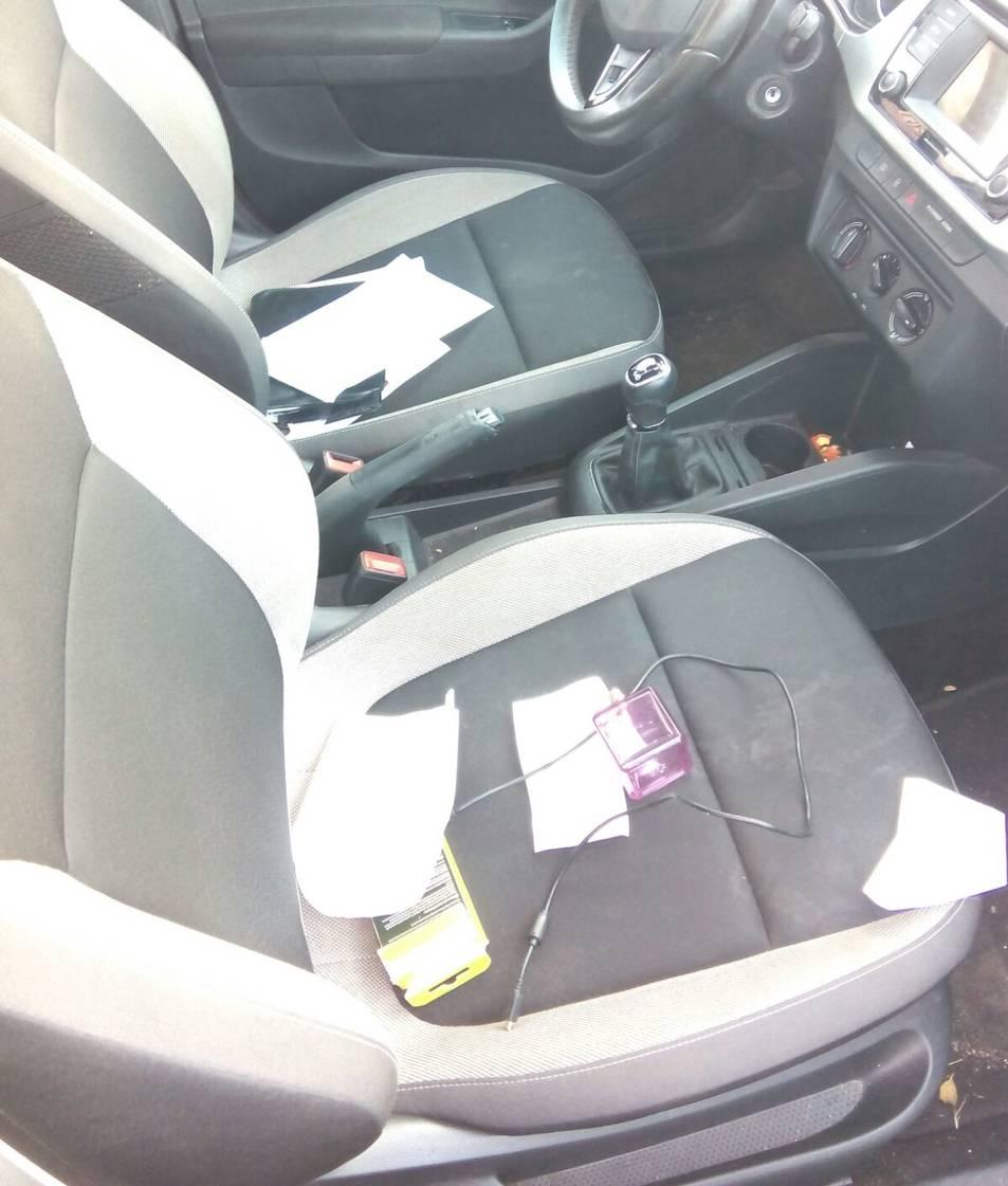 Imatge de l'estat en què es van trobar alguns dels cotxes després dels robatoris. Alguns objectes estaven escampats pels seients.