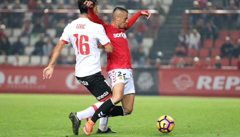 Sergio Tejera és objecte d'una falta per part d'un rival. L'àrbitre no en va assenyalar moltes, i els jugadors del Nàstic es van enfadar.