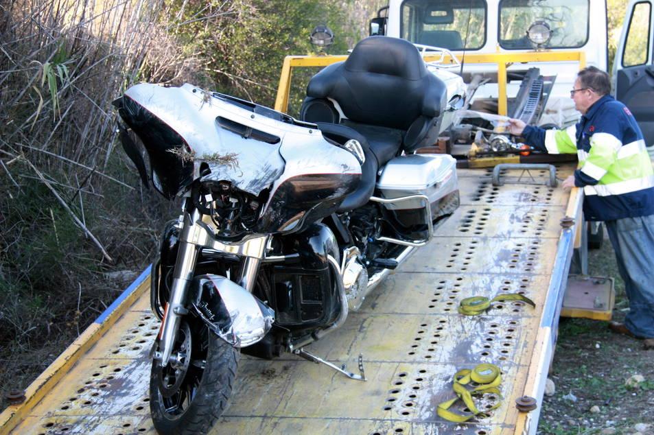 Detall de la motocicleta accidentada carregada a la grua