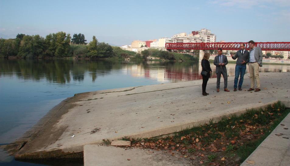 Pla obert de la tinent d'alcalde d'Urbanisme, Meritxell Roigé; el gerent de Ports, Joan Pere Gómez; el responsable de Ports a la Catalunya Sud, Enric Martínez; i l'alcalde de Tortosa, Ferran Bel, a l'embarcador de Tortosa, aquest 31 d'octubre de 2016. (Ho