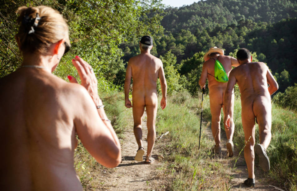 El Fonoll s'ha convertit en un poble nudista i naturista.