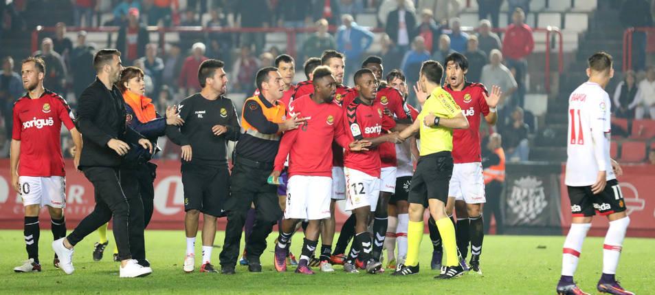 Molts dels jugadors del Nàstic van envoltar l'àrbitre al final del partit.