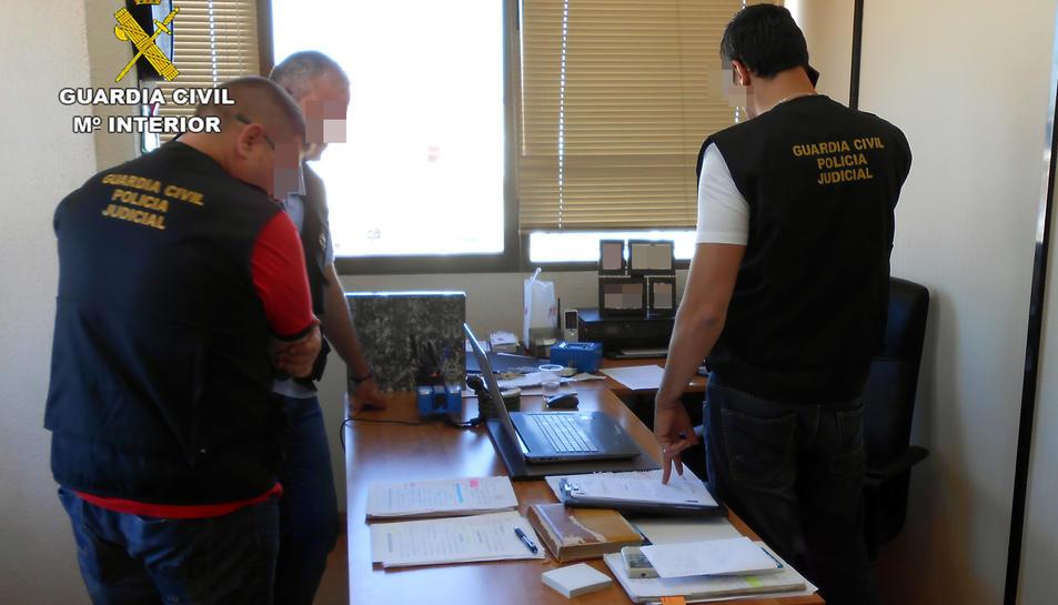 La Guàrdia Civil ha entrat i registrat la seu de l'organització delinqüencial, situada a Madrid.