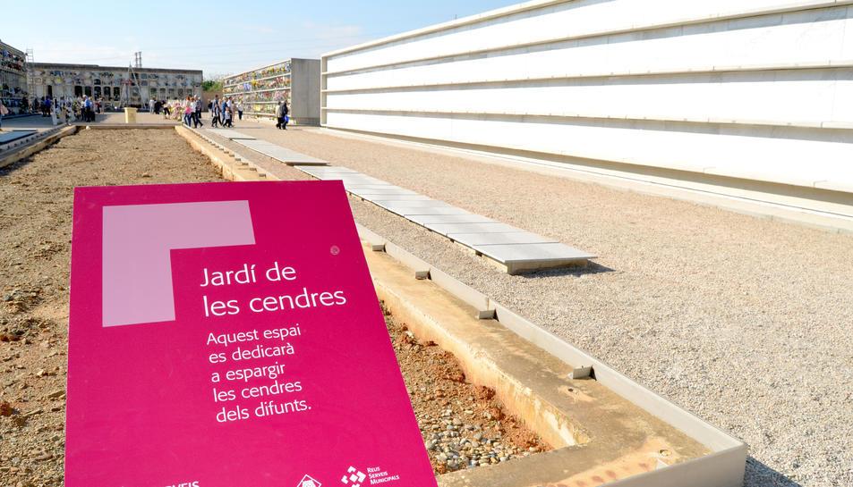 El cementiri de Reus compta amb un jardí dedicat a espargir les cendres dels difunts.