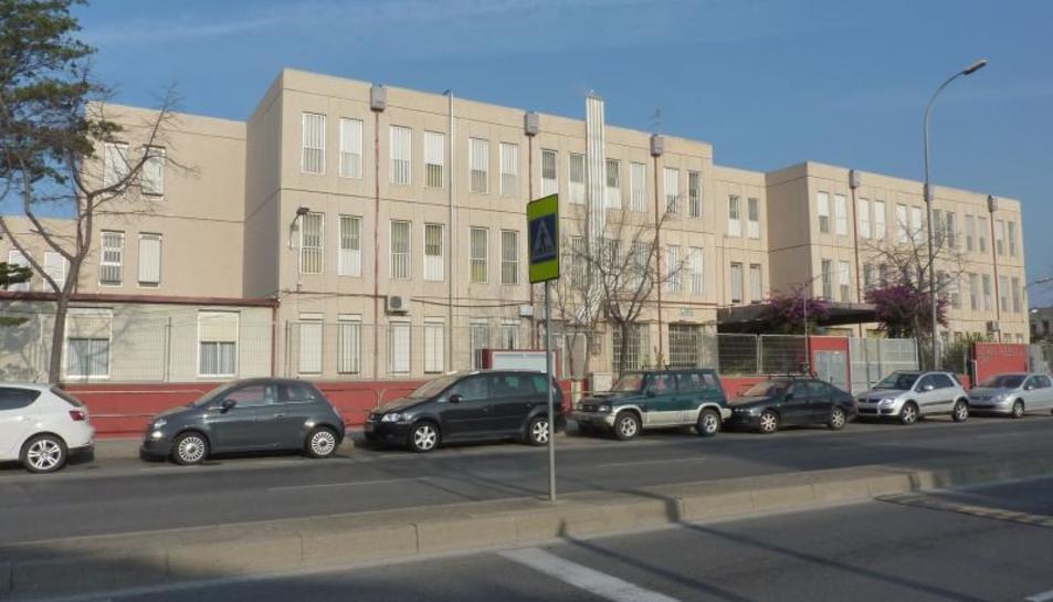 La façana de l'Escola Joan Rebull, a l'avinguda Onze de Setembre.