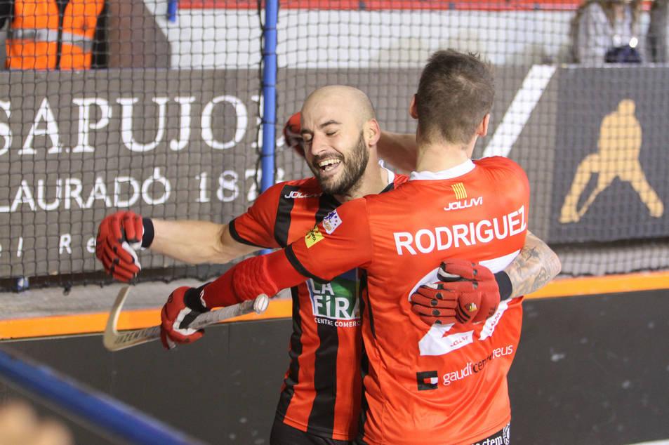 El roig-i-negre Raül Marín celebra una de les dianes que va embutxacar-se durant el partit.