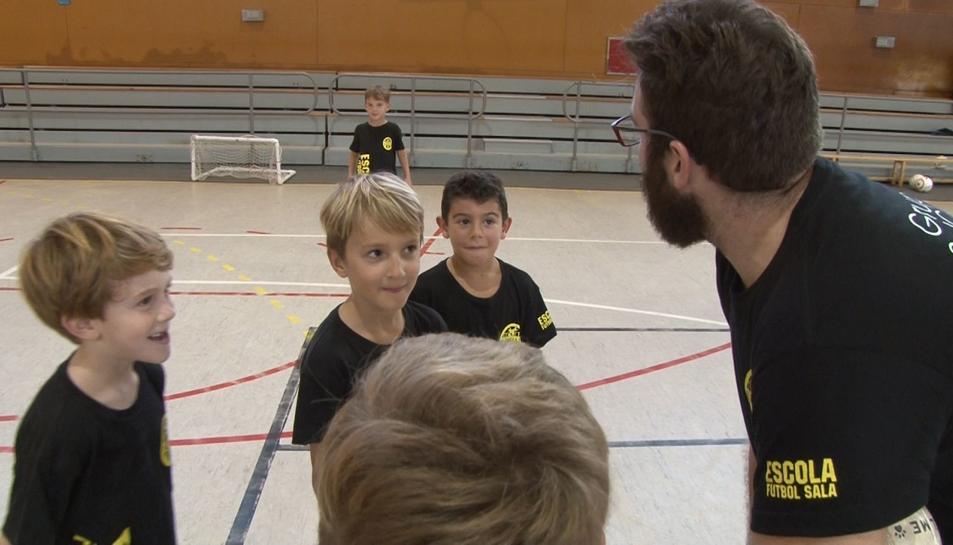 Alguns jugadors, escoltant les instruccions de l'entrenador.