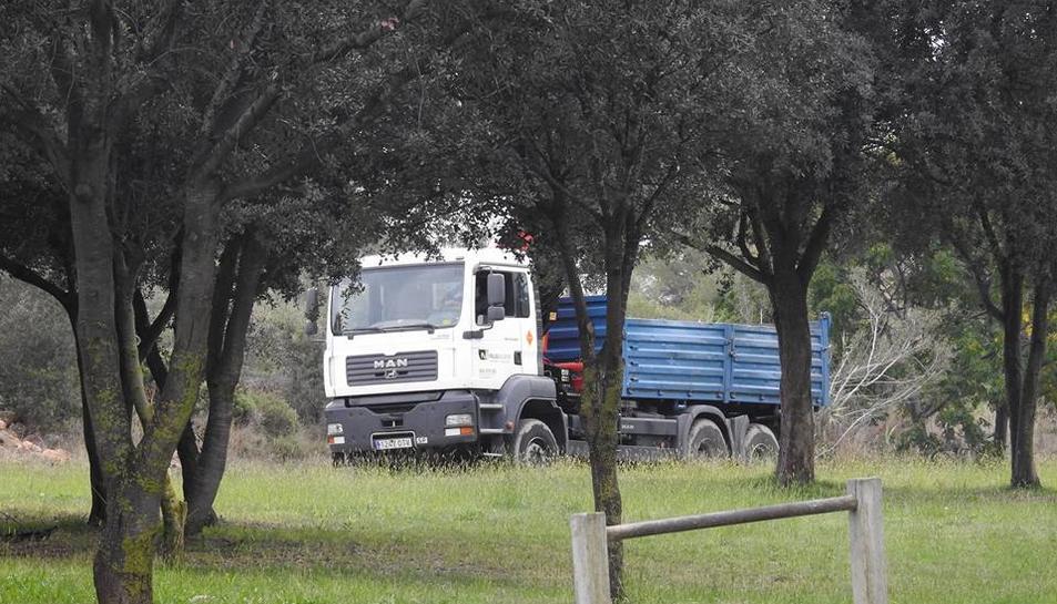 Un camió d'alt tonatge circulant per Parc de la Muntanyeta.