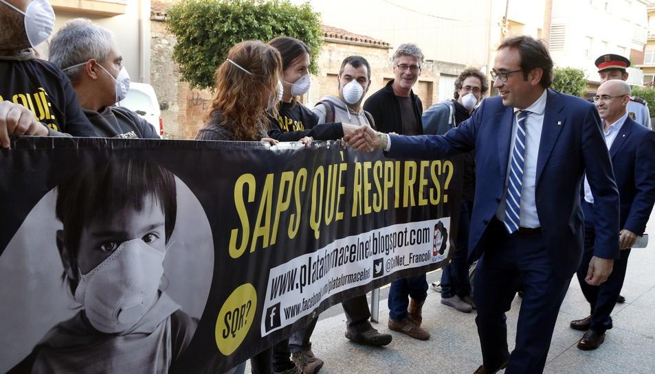 El conseller Rull saludant els membres de la Plataforma Cel Net que han protestat a les portes del Casal Cultural de la Pobla de Mafumet.