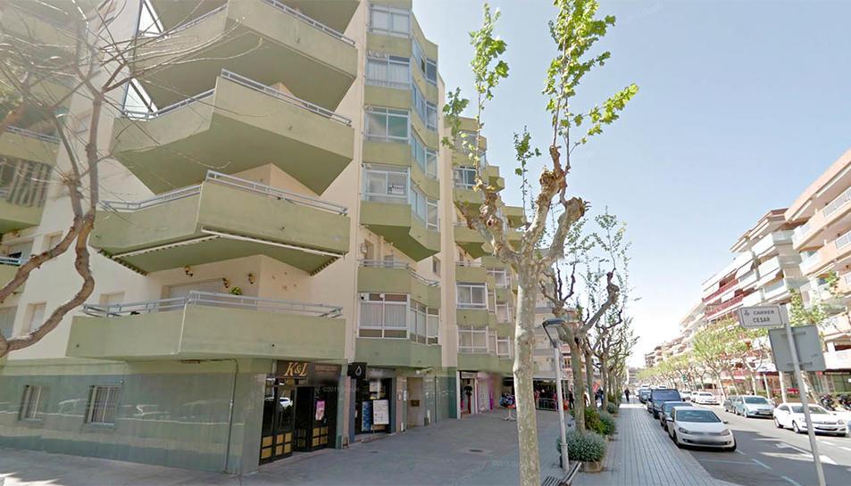 Imatge d'un dels carrers de Salou on es poden veure terrasses tancades