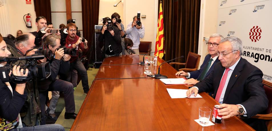 L'alcalde de Tarragona, Josep Fèlix Ballesteros, i el president del COE, Alejandro Blanco, van comparèixer davant dels  mitjans de comunicació, ahir a la tarda a la Sala d'Acte de  l'Ajuntament.