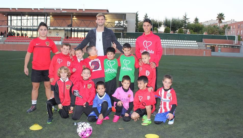 Els joves futbolistes amb Leo Baptistao.