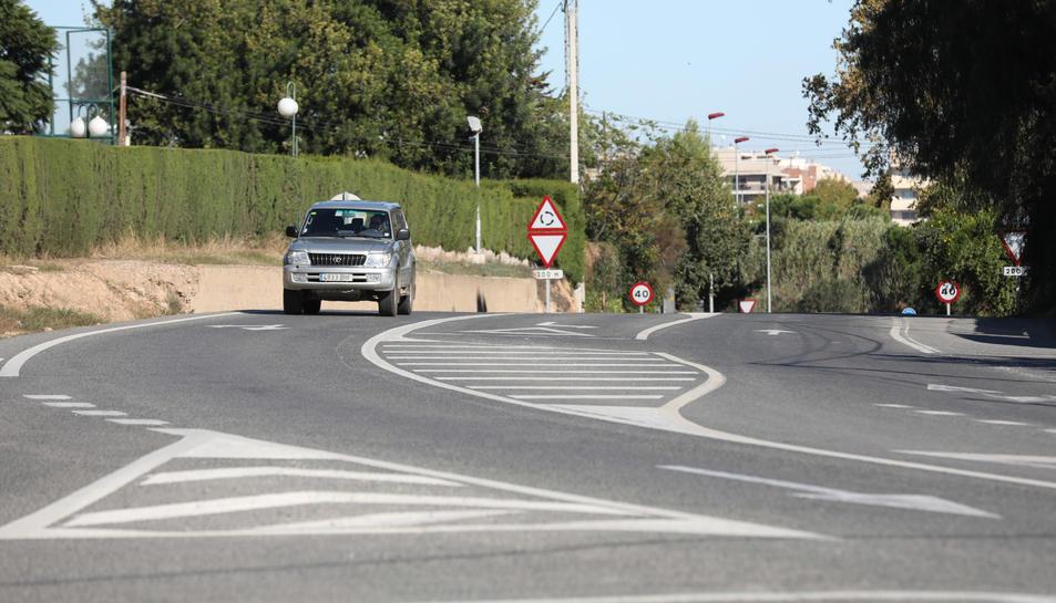 La carretera de Reus a Cambrils en el tram on s'ha de construir la nova vorera.