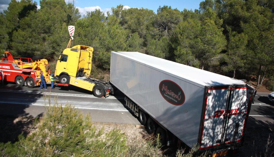 El camió accidentat pel vent en el moment en què la grua l'aconseguia aixecar per emportar-se la cabina.