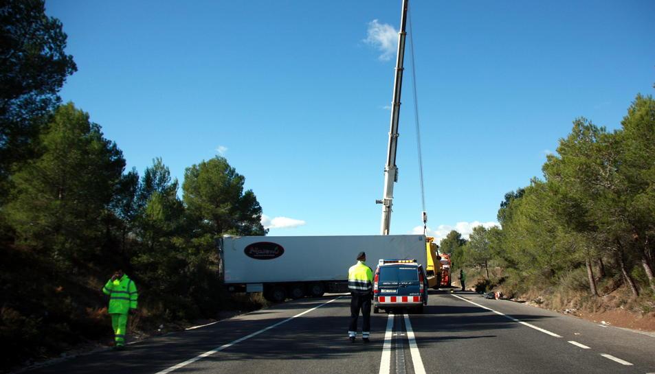 La grua que aixeca el camió travessat.