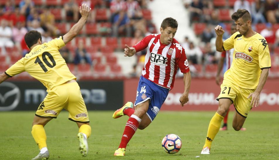 Máyor, en una acció del partit contra el Girona, a Montilivi, aquesta temporada amb el CF Reus.