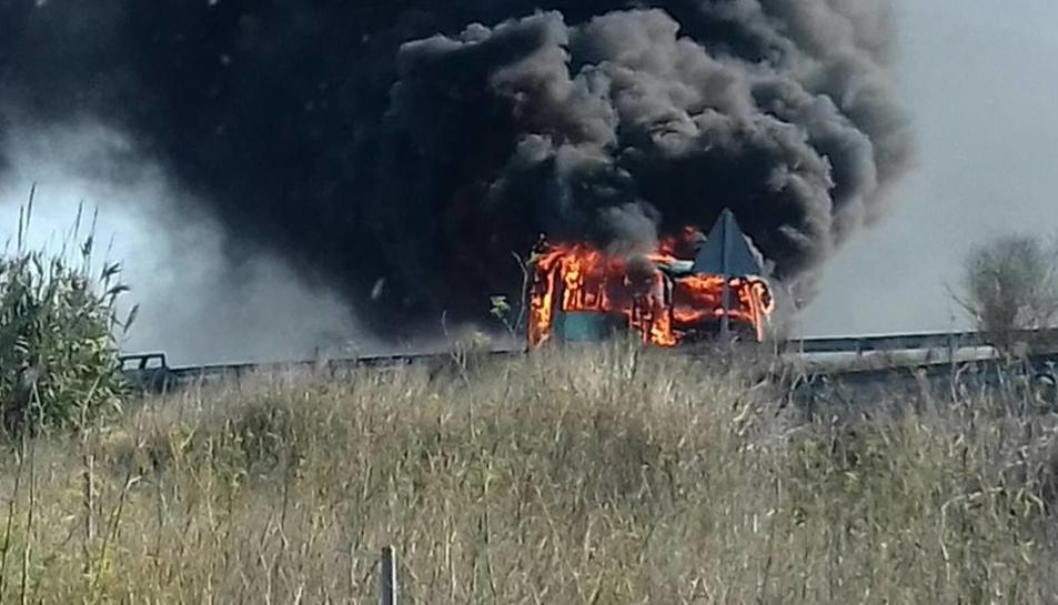 El autocar que ha cremat aquest dijous al matí a l'A-7.