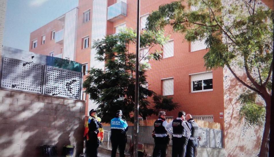 Agents dels Mossos d'Esquadra, Guàrdia Urbana i Bombers s'han traslladat fins al carrer Bisbe Grau, on s'ha produït l'incendi.