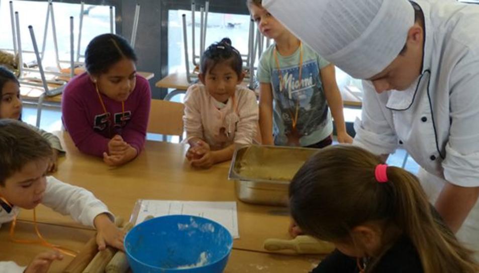 Els alumnes del taller de pastisseria de la UEC ensenyant a fer galetes