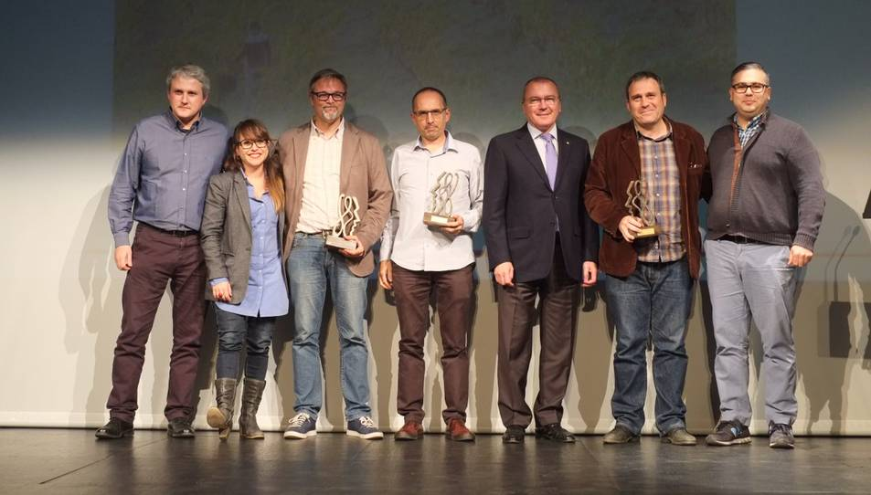 L'equip del documental 'Priorat', acompanyat per l'alcalde de Reus, en l'entrega de premis.