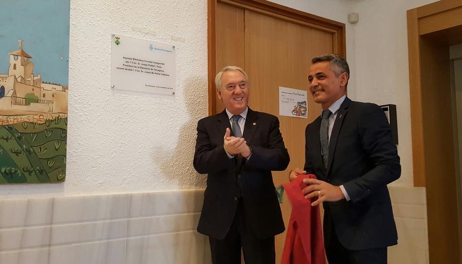 Josep Poblet, president de la Diputació de Tarragona, i l'alcalde Josep Mª Nolla, van descobrir la placa de la biblioteca.