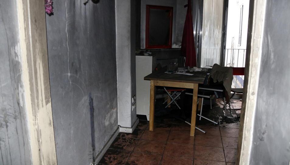 Pla obert de l'interior del segon pis d'un immoble de Reus on s'ha produït un incendi mortal el 14 de novembre del 2016