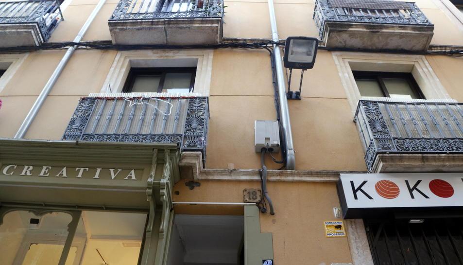 Imatge de la façana del número 18 del carrer Santa Anna de Reus on s'ha produït un incendi mortal el 14 de novembre de 2016
