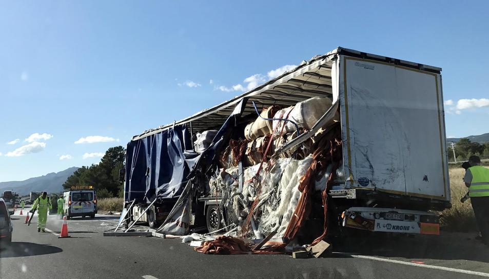 Pla general d'un dels camions implicats en l'accident de l'A-7 a Mont-roig del Camp el 14 de novembre del 2016