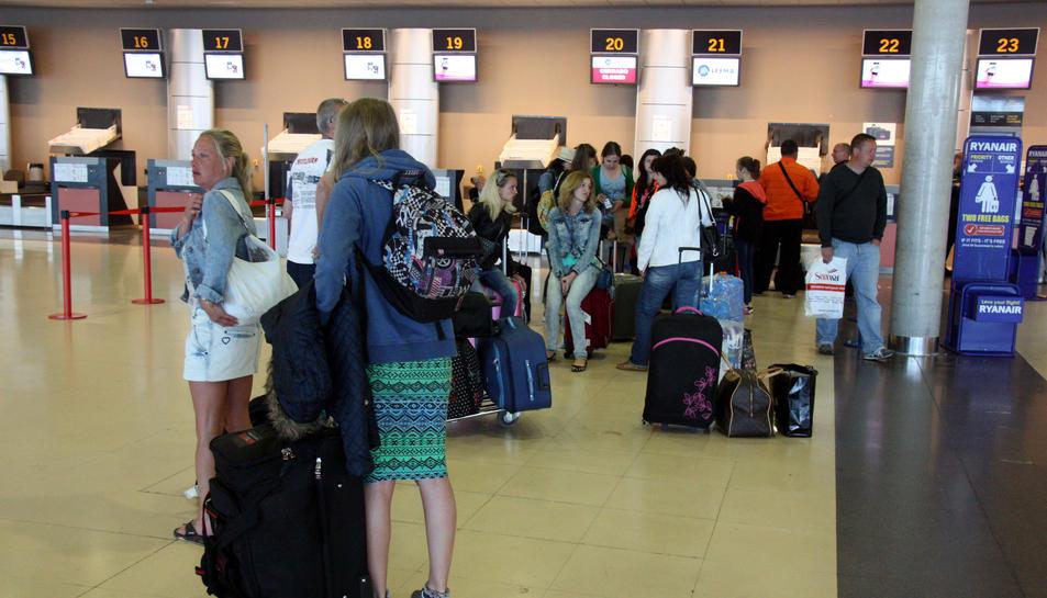 Imatge d'arxiu de cues de facturació a l'aeroport de Reus.