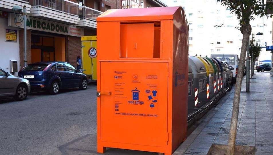 El contenidor es troba situat davant el número 4 del carrer Manuel de Falla.