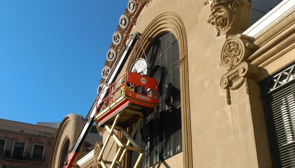 El rellotge del Mercat Central s'ha instal·lat aquest dimarts al matí.