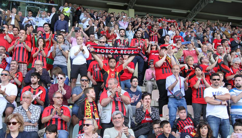 Les graderies de l'Estadi roig-i-negre durant el partit de l'ascens a la categoria de plata, en la tornada contra el Racing de Santander.