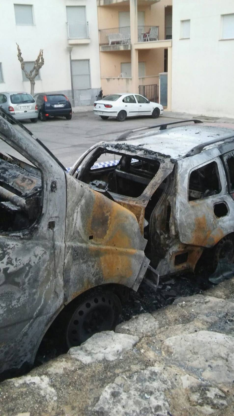 Els dos vehicles cremats.
