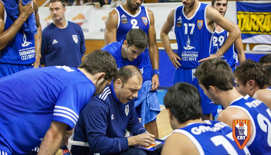 Berni Álvarez dóna instruccions als seus jugadors durant un temps mort.