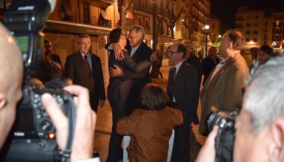 Bartomeu s'abraça a Jordi Sendra.