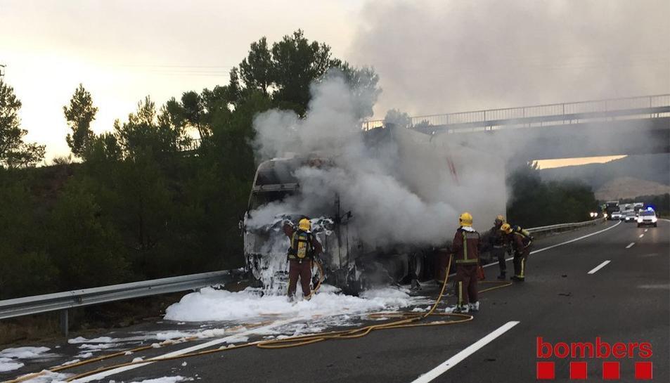Els Bombers apagant el foc, que s'ha originat a la cabina del camió.