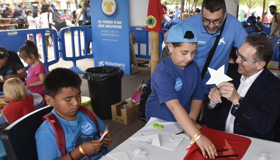 Jaume Giró amb alguns dels nens atesos pels voluntaris de