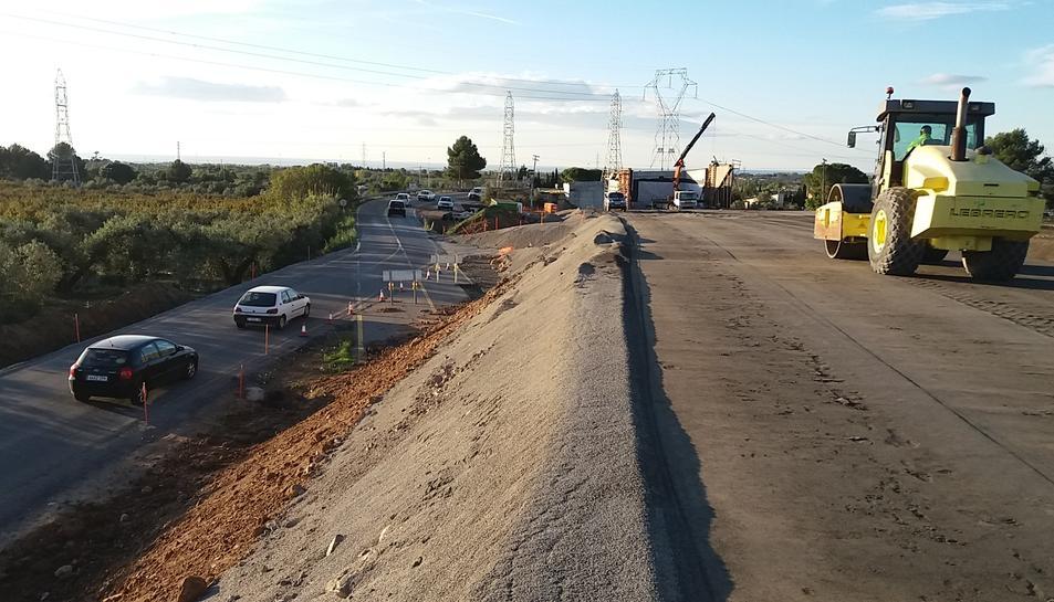 Imatge dels treballs de condicionament que s'estan realitzant en la carretera T-704 entre Reus i Maspujols.