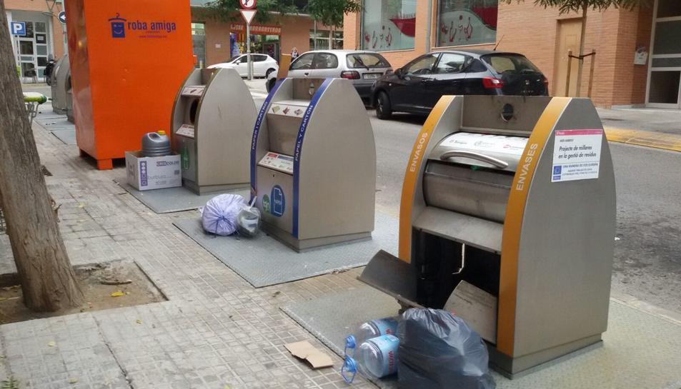 Deixalles acumulades al carrer Josep Pla Casadevall.