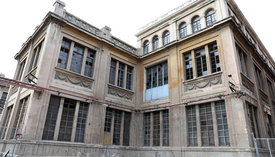 El deteriorament es fa evident en la totalitat d'espais del gran edifici dels anys vint del segle passat.