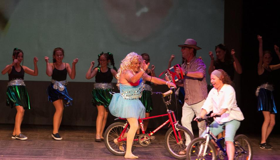 Actuació dels veïns del barri Sol i Vista al Teatre Fortuny.