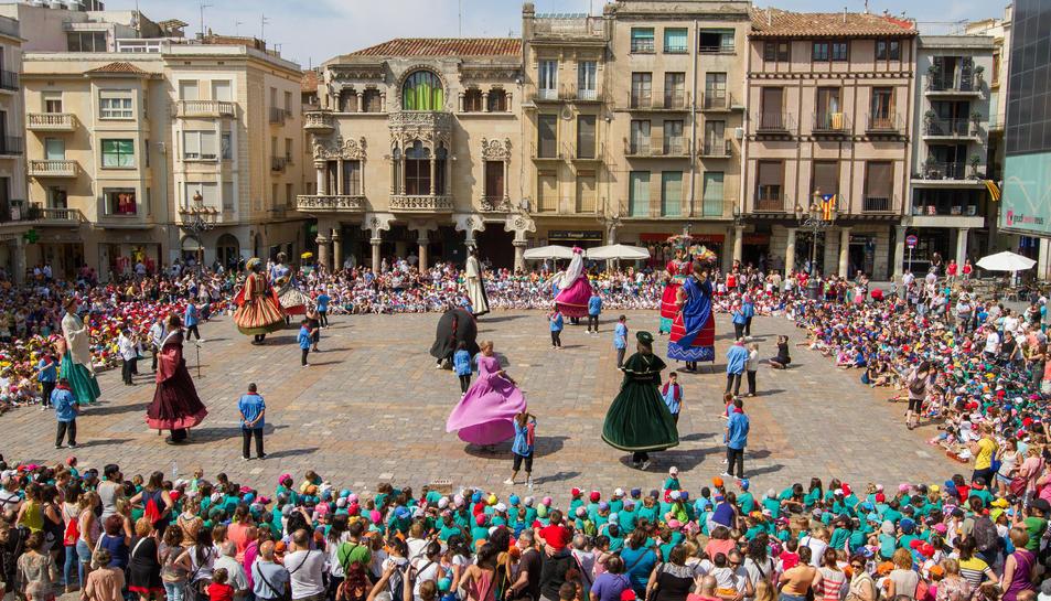 Els gegants de Reus en una ballada conjunta a la plaça del Mercadal.