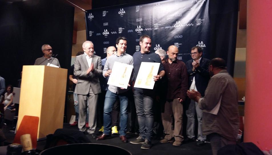 Imatge dels guardonats recollint els premis.