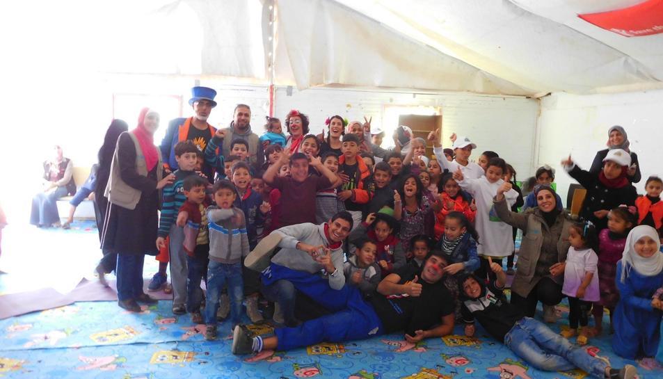 Els pallassos amb alguns refugiats després d'una de les actuacions.