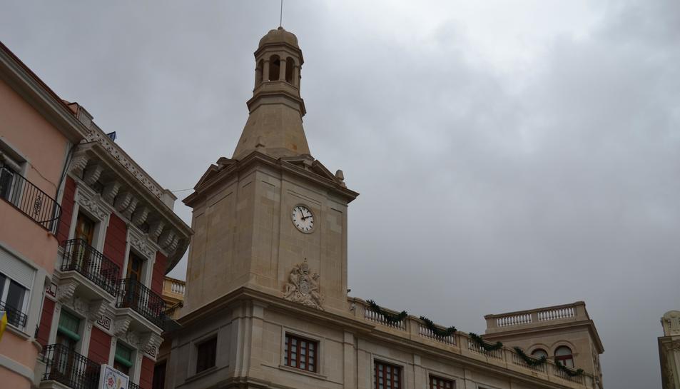La façana de l'Ajuntament amb el rellotge reparat.