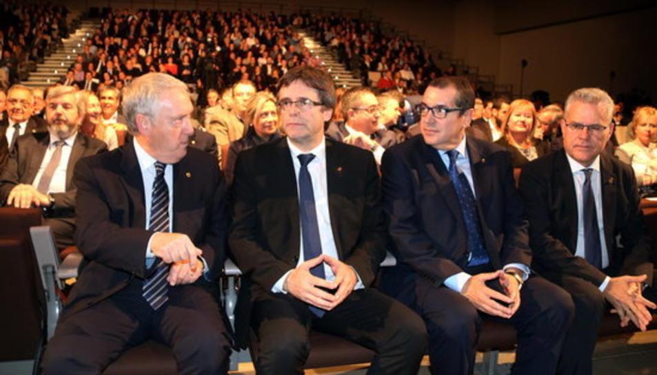 El president de la Generalitat, Carles Puigdemont, amb el conseller Jordi Jané; el president de la Diputació, Josep Poblet, i l'alcalde de Salou, Pere Granados, en l'inici de la 27a Nit del Turisme.